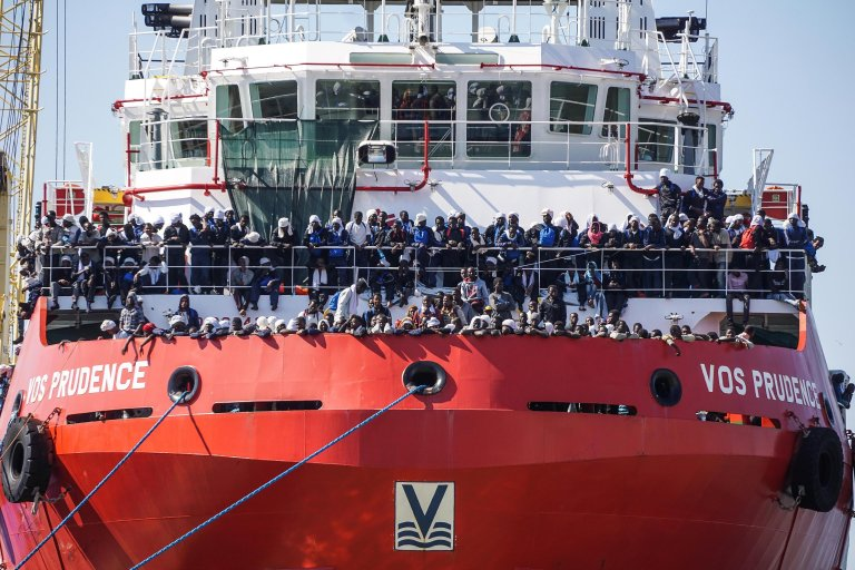 ansa / قارب يكتظ بالمهاجرين يصل إلى ميناء نابولي في إيطاليا. المصدر: أنسا.