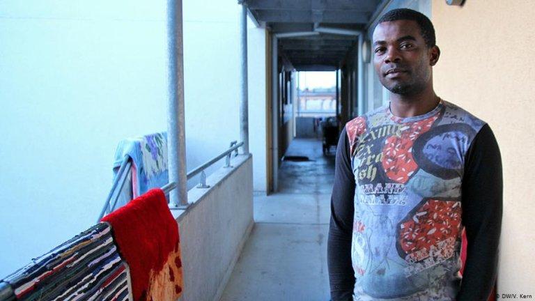 یکی از پناهجویان نایجریایی در یکی از اردوگاه های پناهجویان در شهر هایدلبرگ آلمان