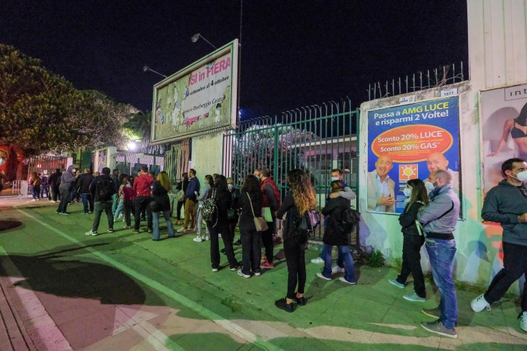 People lined up to get vaccinated against COVID-19 at Palermo's Fiera del Mediterraneo   Photo: ANSA/Igor Petyx