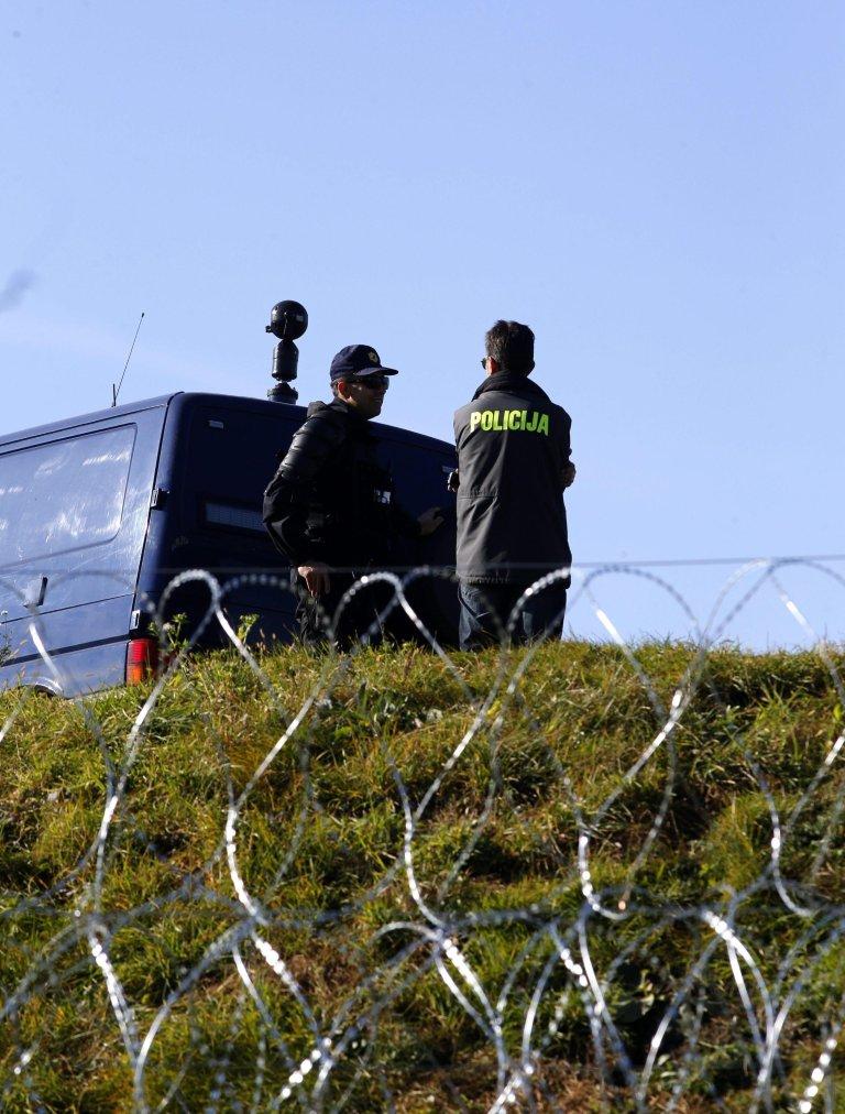 ANSA / ضباط دورية شرطة سلوفينية يفحصون سور الأسلاك الشائكة في قرية فيليكي اورموز على الحدود مع كرواتيا. المصدر: إي بي إيه/ أنتونيو بات.