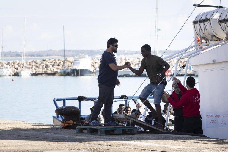 "ANSA / سفينة الإنقاذ الإسبانية ""أيتا ماري"" في ميناء بوتزالو في صقلية، وعلى متنها 78 مهاجرا. المصدر: أنسا / فرانشيسكو روتا."