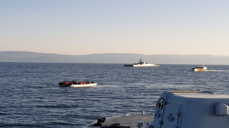 Des garde-côtes grecs accusent des patrouilleurs turcs d'avoir tenté de pousser une embarcation de migrants vers les eaux territoriales grecques. Crédit : capture d'écran du site de la garde-côte hellénique, le 2 avril 2021.