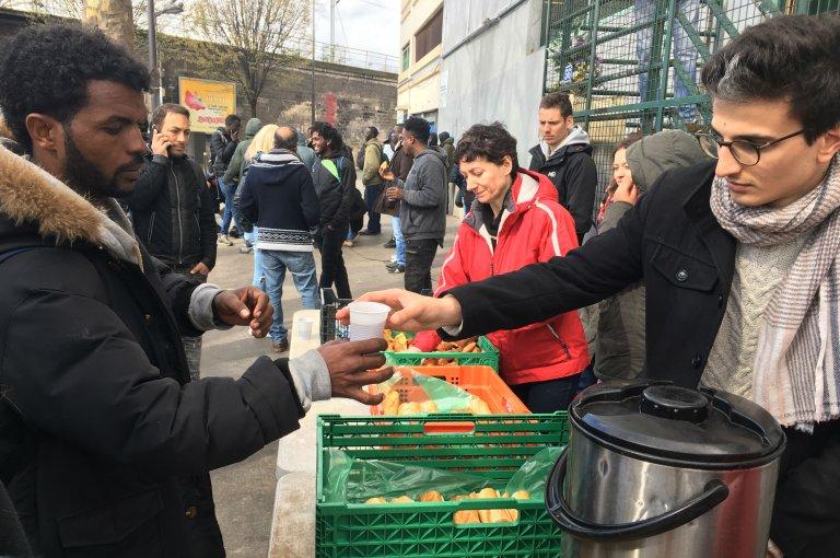 Image d'archive d'une distribution de nourriture à Porte de la Chapelle. Crédit : InfoMigrants