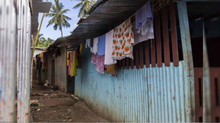 Des habitations en tôle dans un bidonville de Mayotte. Crédit : la Cimade