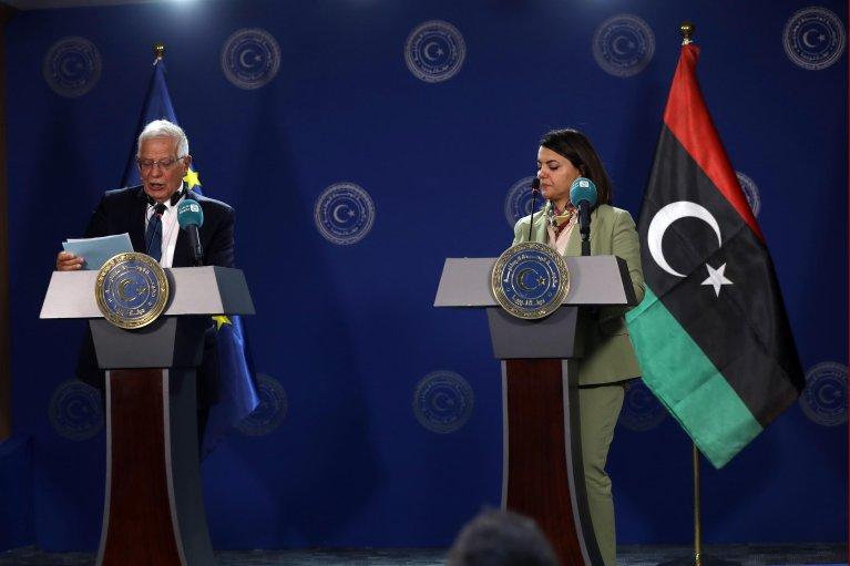 جوزيب بوريل الممثل الأعلى للشؤون الخارجية في الاتحاد الأوروبي ونجلاء المنقوش وزيرة خارجية ليبيا خلال مؤتمر صحفي في طرابلس. المصدر: أنسا.