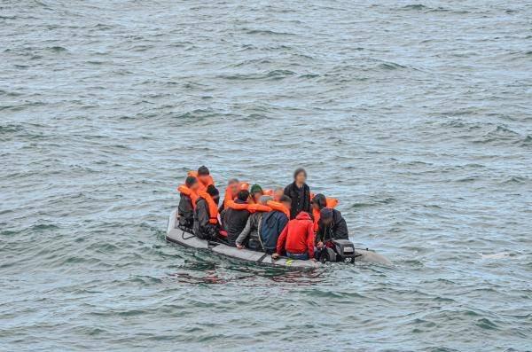 Une embarcation de migrants secourue le 16 mars 2020 dans La Manche. Crédit : SNSM de Calais et Marine nationale