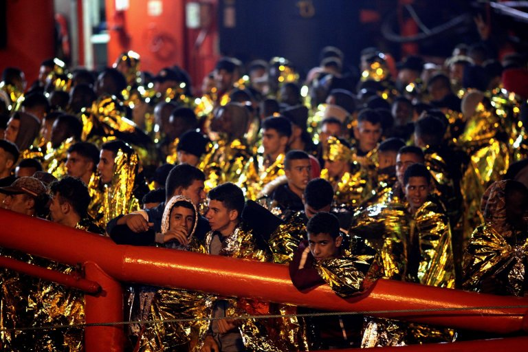 ANSA / قوات الإنقاذ البحري الإسبانية تحمل 307 مهاجرا تم إنقاذهم لدى وصولهم إلى ميناء الجزيراس في جنوب إسبانيا. المصدر: إي بي إيه / أ. كاراسكور جيل.
