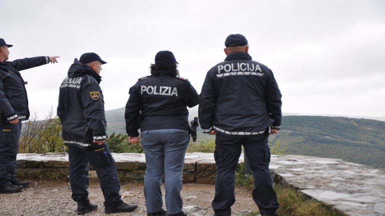 دورية مشتركة على الحدود السلوفينية الإيطالية للحد من محاولات الهجرة غير الشرعية. الصورة: دانا البوز
