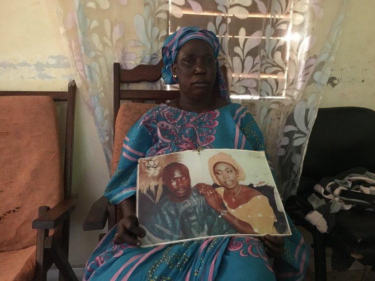 Khady montre une photo d'elle et son mari qui a disparu en mer. Crédit : Leslie Carretero