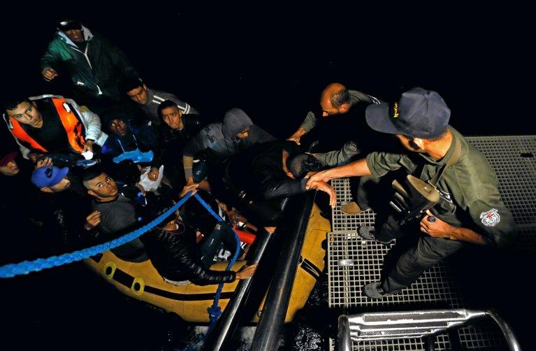 REUTERS/Zoubeir Souissi |Un groupe de Tunisiens candidats à l'immigration accoste à Bizerte après avoir été secouru par la marine tunisienne, le 12 octobre 2017.