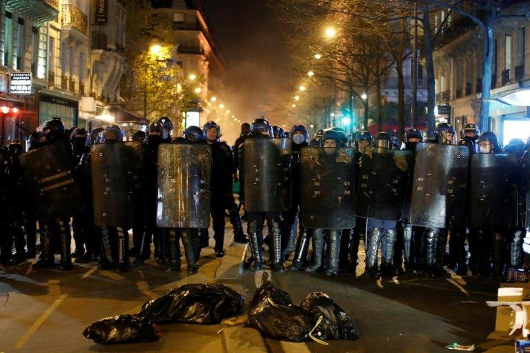 أرشيف. عناصر من شرطة مكافحة الشغب الفرنسية. رويترز