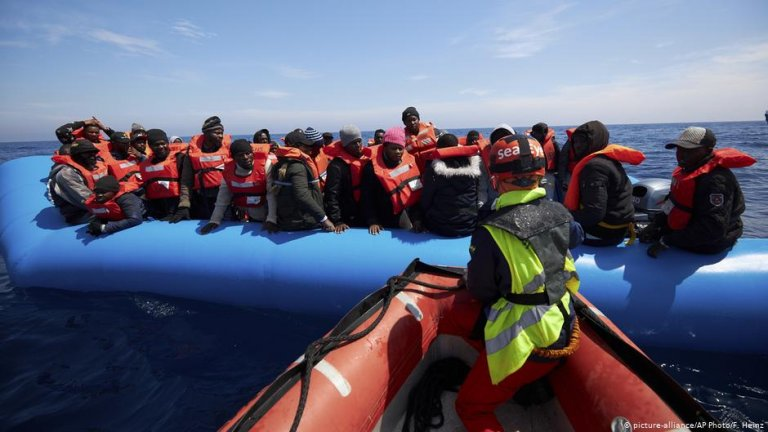 Italy is considering a new law which would fine charities for saving migrants stuck in the Mediterranean. | Photo: Picture-alliance/AP Photo/F.Heinz