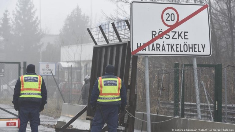 Hungarian policemen at Hungary's border with Serbia make sure that migrants cannot break through the border fence | Photo: Picture-alliance/AP Photo/MTI/Z.Gergely Kelemen