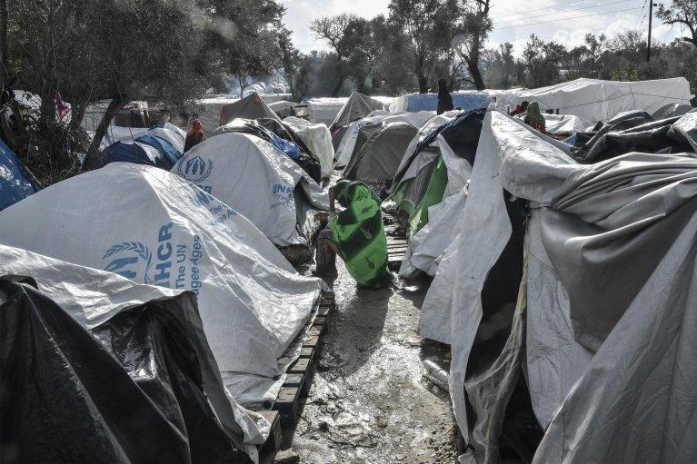 کمپ ویال گنجایش یک هزار تن را دارد، اما حالا بیش از ۵ هزار مهاجر آن جا زندگی می کنند. /LOUISA GOULIAMAKI/AFP