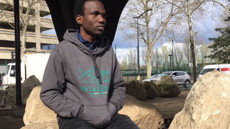 قرر إبراهيم ، ابن الـ16 ربيعا ، تصوير فيديو عن حياته في باريس لإظهار واقع حالته لأصدقائه في غينيا / جوليا دومونت