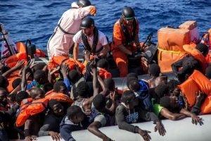 أنسا/صورة لعملية إنقاذ للمهاجرين بحرا في قارب مطاطي