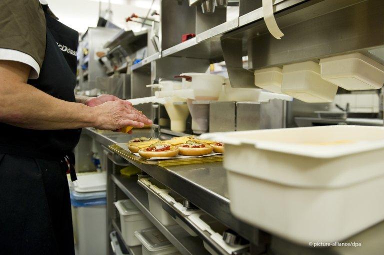 وجد أكثر من 5 آلاف لاجئ فرصة عمل لدى سلسلة مطاعم الوجبات السريعة ماكدونالدز