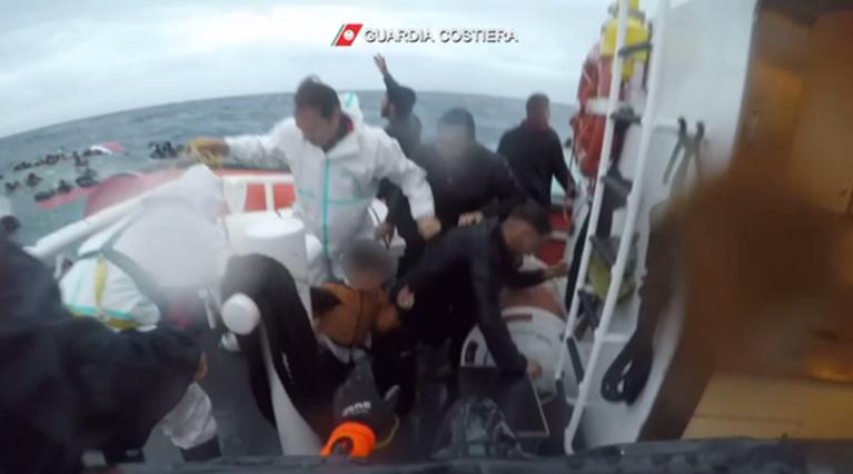 گارد ساحلی ایتالیا عملیات نجات را برای بیرون کشیدن گروهی از پناهجویان در نزدیکی جزیره لامپدوسا انجام داد.