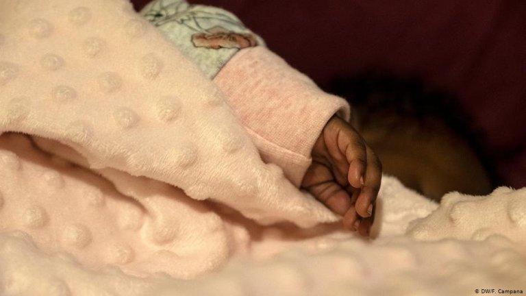 Un bébé de deux mois dans un des logements du Home Project à Athènes. Crédit : DW/F.Campana
