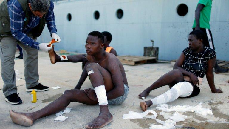 Interceptés en Méditerranée, des migrants blessés sont débarqués au port de Tripoli, le 6 novembre 2017. Crédits : Ahmed Jadallah, Reuters
