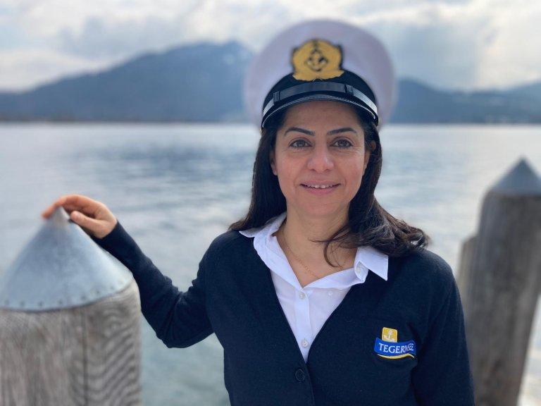 نجد بوشي: أول قبطان سورية عربية في ألمانيا، وأول قبطان امرأة في إقليم بافاريا. الصورة: مهاجر نيوز (خاصة)