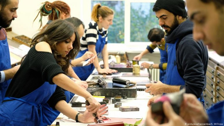 Refugees at work in a graphic and bookbinding firm | Photo: Picture-alliance/dpa/S.Willnow