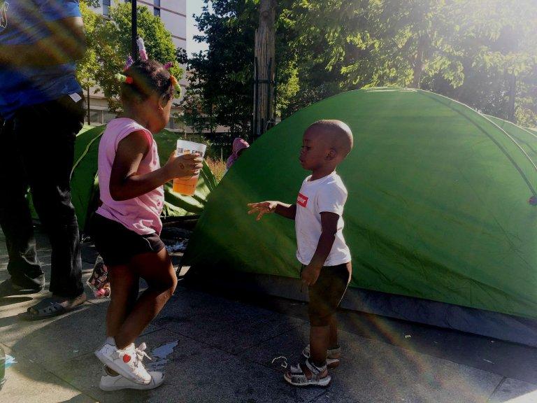 Des enfants dans le nouveau camp de la porte d'Aubervilliers, dans le nord de Paris. Crédit : InfoMigrants