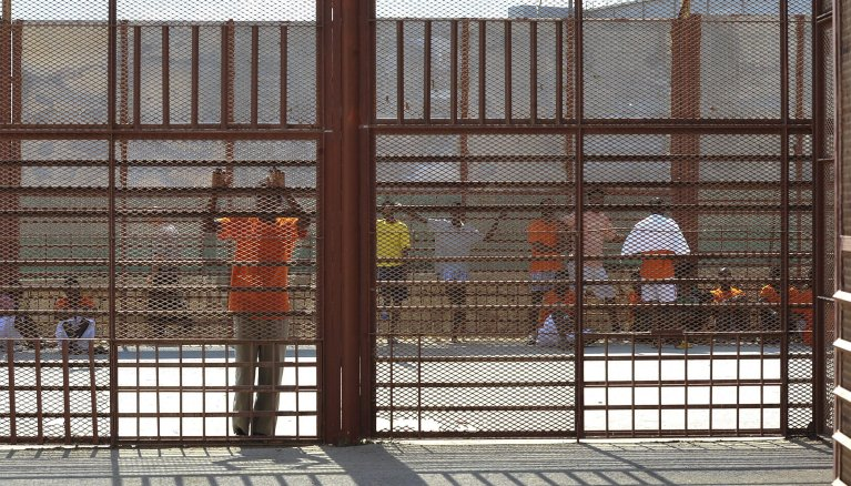 """ANSA / لاجئون محتجزون في مركز """"سافي"""" في مالطا. المصدر: إي بي إيه / لينو أريجو أزوباردي."""