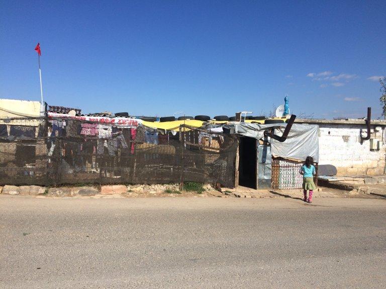 RFI/Murielle Paradon  Cinquante réfugiés syriens vivent dans cette ancienne bergerie à l'écart du centre-ville de Kilis en Turquie.