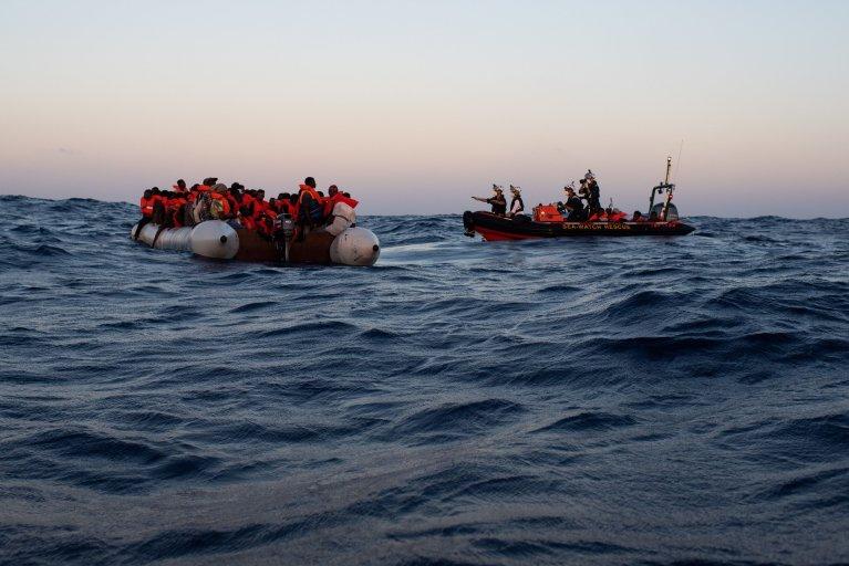 صورة أثناء عملية الإنقاذ الثالثة التي نفذها طاقم سفينة سي ووتش 4  في 24 من أب/أغسطس. المصدر: سي ووتش