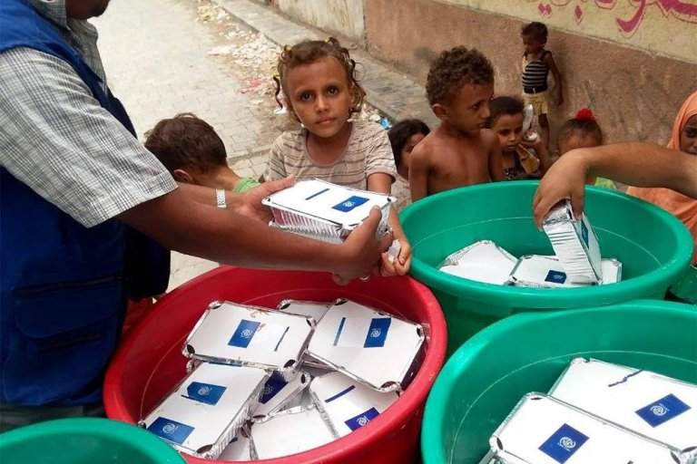 ANSA / عملية توزيع الأغذية على أطفال نازحين من الحديدة. المصدر: منظمة الهجرة الدولية.