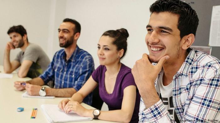 عوائق ومصاعب كثيرة تحول دون دراسة اللاجئات أو تعلم مهنة