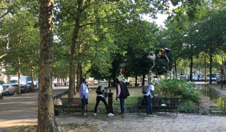 چند مهاجر در نزدیکی کمپ اوبرویلیه در شمال شرق پاریس. عکس از مهاجر نیوز