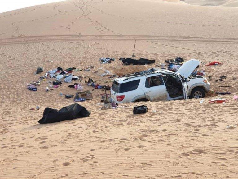 صورة للسيارة التي وجدت على بعد 400 كلم جنوب مدينة الكفرة الليبية وبداخلها جثث العائلة السودانية. الحقوق محفوظة
