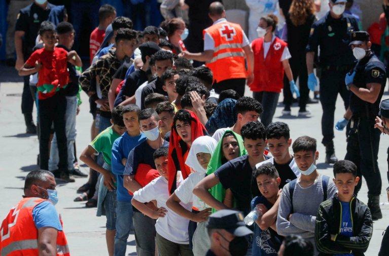 REUTERS - JON NAZCA  Des mineurs marocains font la queue pour recevoir un peu de nourriture, à Ceuta, le 19 mai 2021. (Photo d'illustration)