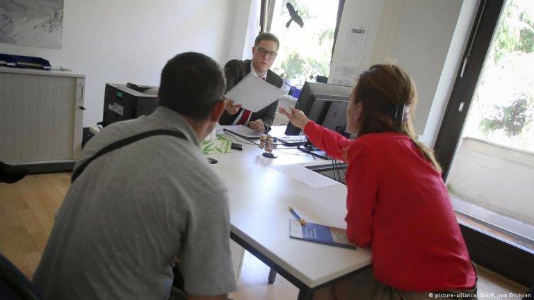 Serbian asylum seekers in government office | Picture-alliance/dpa/F. von Erichsen