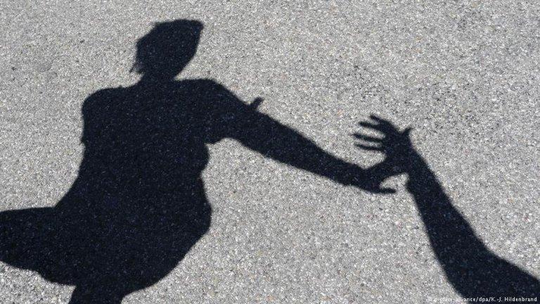 Plusieurs associations conseillent et orientent les femmes victimes de violences conjugales. Crédit : Picture alliance