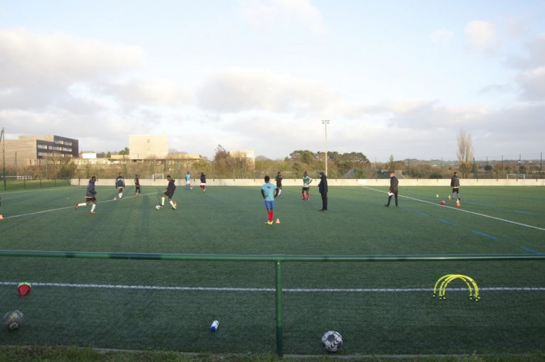 در نزدیک شهر برست، هر سه شنبه  و پنجشنبه مهاجران نوجوان فوتبال بازی میکنند. عکس:مهاجرنیوز/ مایوا پوله