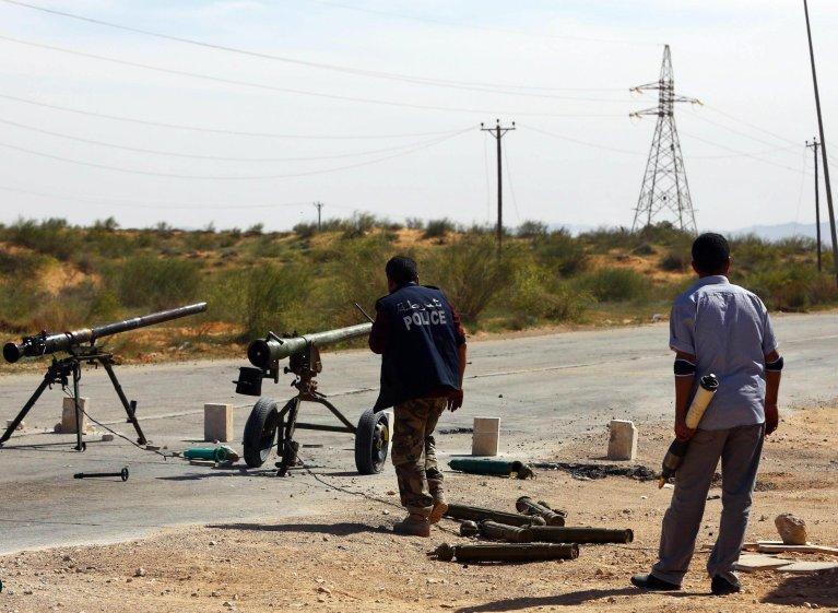 ANSA / مليشيات ليبية مزودة بأسلحة ثقيلة تدير إحدى نقاط التفتيش في شمال طرابلس. المصدر: إي بي أيه.