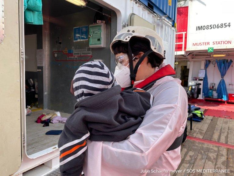 L'équipage de l'Ocean Viking a secouru environ 120 personnes dont plusieurs enfants, jeudi 21 janvier. Crédit : SOS Méditerranée