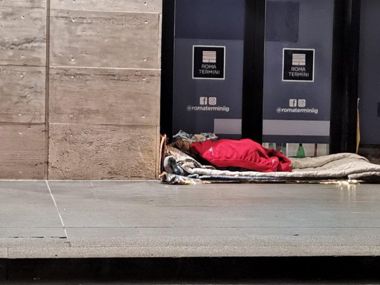 A homeless man near the Termini station in Rome | Photo: ARCHIVE/ANSA/LO MELE/DI GIACOMO