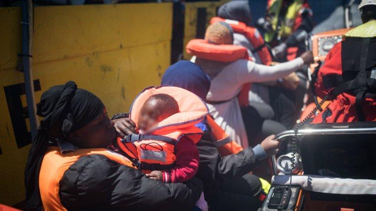Le Sea-Watch 3 qui a repris la mer le 11 mai a secouru, quatre jours plus tard, 65 migrants au large la Libye, dont plusieurs jeunes enfants. Crédit : Twitter @SeaWatch_Intl