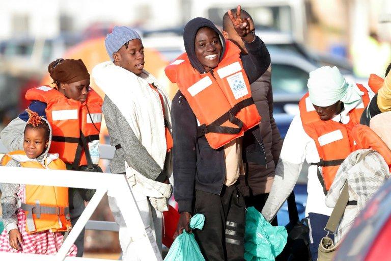"ANSA / مهاجرون تم إنقاذهم بواسطة سفينتي ""سي ووتش 3"" و""بروفيسور البريخت بينك"" يهبطون في مالطا. المصدر: إي بي إيه/ دومينيك أكويلينا."