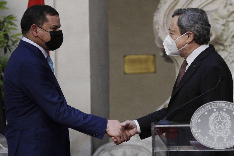 رئيس الوزراء الإيطالي ماريو دراغي ونظيره الليبي عبد الحميد الدبيبة يتصافحان في نهاية اجتماعهما في روما. المصدر: إي بي إيه/ غريغوريو بورغيا.