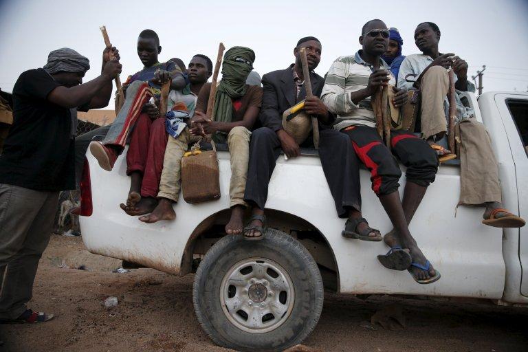 Des migrants à bord d'un pick-up s'apprêtent à tenter la traversée du désert nigérien, à Agadez , le 25 mai 2015