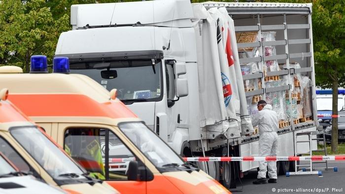picture-alliance/dpa/P. Pleul |توقيف شاحنة كانت تستعمل في تهريب البشر من طرف الشرطة في مدينة فرانكفورت أودر شرق ألمانيا