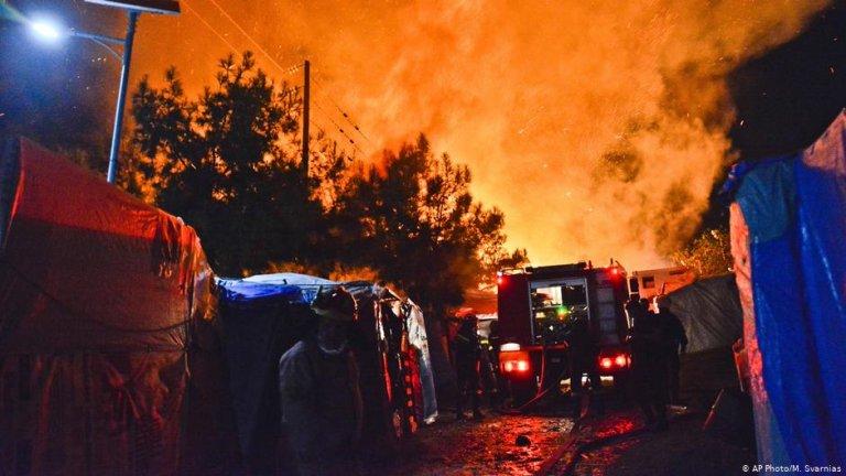 عکس از صفحه دویچه وله/ آتش سوزی در کمپ پناهجویان در جزیره ساموس یونان شام روز دوشنبه صورت گرفت.