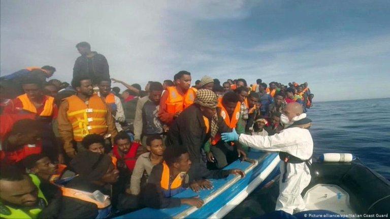 An Italian coast guard rescue operation in May, 2015 | Photo: picture alliance/EPA/Italian coast guard