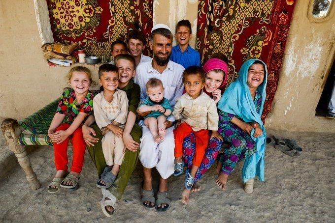 پاکستان کې مېشته يوه افغان کډواله کورنۍ د خوښۍ په حالت کې. کرېډېټ: UNHCR