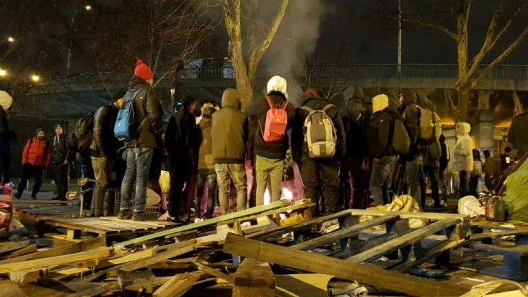 Migrants stand around a bonfire as police evacuate the make-shift camp in La Chapelle, in northern Paris, on January 29, 2019. Photo: Anne-Diandra Louarn / InfoMigrants